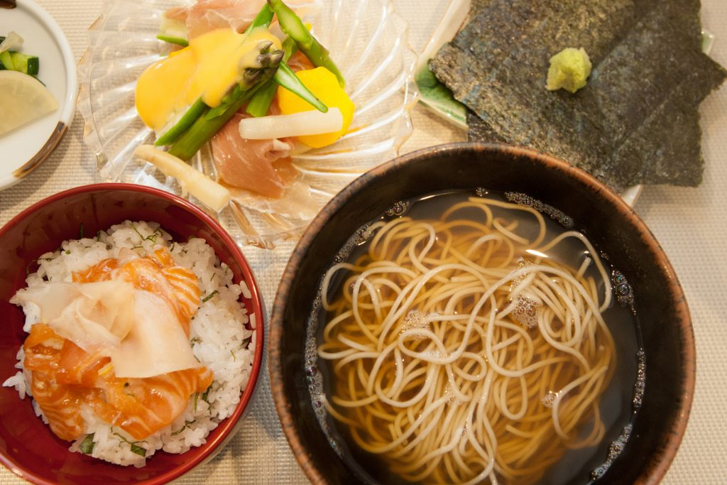 """6月の""""季節のお蕎麦と御飯"""" 1350円"""