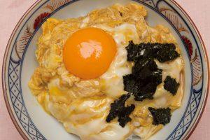 「玉子丼」 720円 (小)400円 丼汁に溶いた玉子でとじるごはんです。上から生たまごの黄身とのりがのります。
